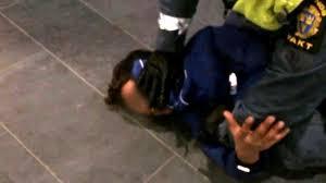 خفه کردن نوجوان مسلمان در انظار عمومی توسط پلیس سوئد+ فیلم